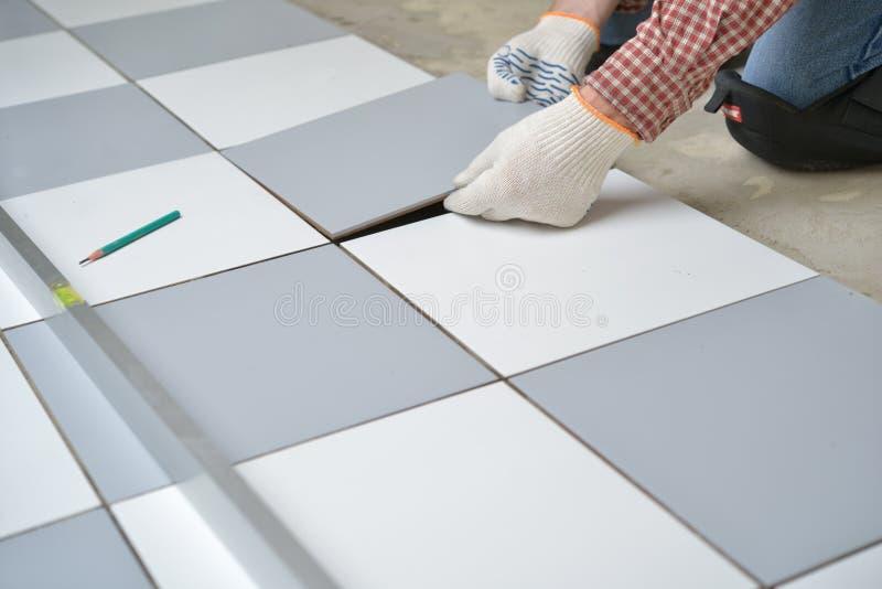 keramiskt golv som installerar tegelplattor fotografering för bildbyråer