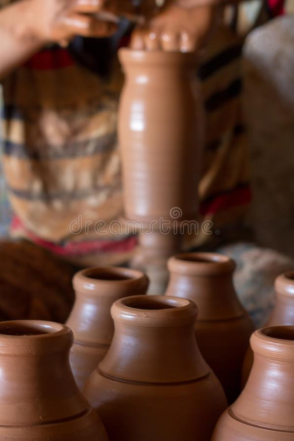 Keramiskt seminarium - mannen gör en kruka av lera på keramikers hjul arkivbilder