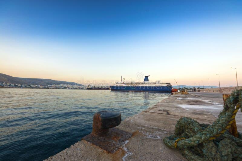 Keratsini port på skymningen, Piraeus arkivbild