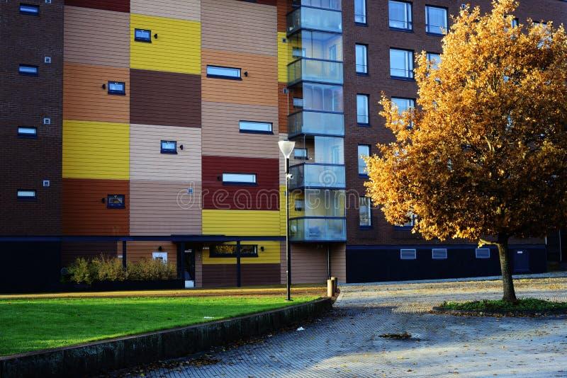 """Kerava, Finlandia †""""Październik 15, 2018: nowożytny budynek w jesieni mieście zdjęcia stock"""