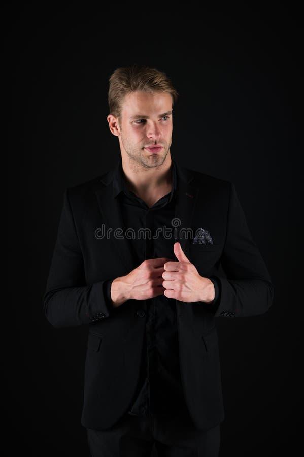 Kerel aantrekkelijk zeker model Zeker in zijn stijl Mens in donkere kleren Terloops knap Goed knappe mens royalty-vrije stock afbeeldingen