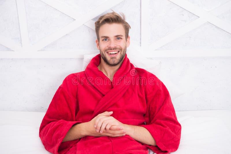Kerel in badjas het ontspannen Het ontspannen vóór in slaap daling Krijg genoeg hoeveelheid elke avond slaap Verenigbaar handhave royalty-vrije stock foto's