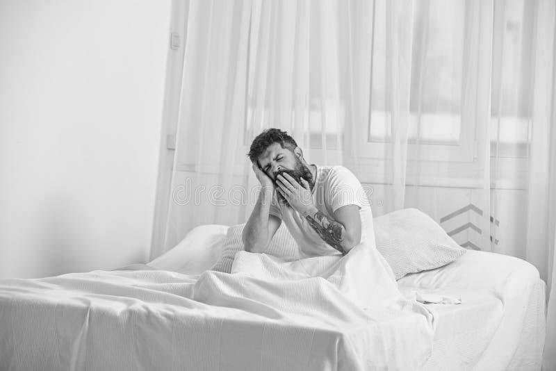 Kerel bij de slaperige vermoeide gezicht geeuw De macho met baard en de snor die, ontspannend, hebbend dutje, rust Mens in overhe stock afbeelding