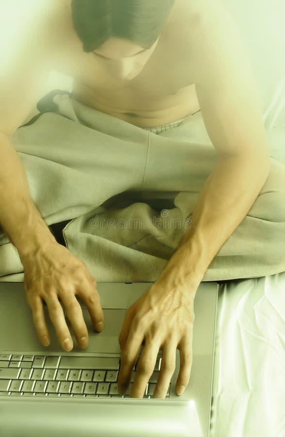 Kerel bij laptop royalty-vrije stock afbeeldingen