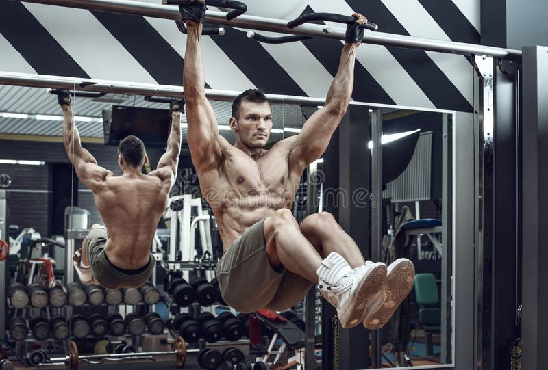 Kerel bodybuilder do chin-ups stock fotografie