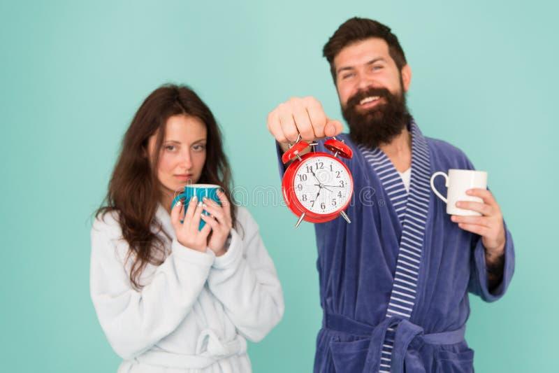 Kerel in de koffie van de de greepthee van badkleren Het concept van het ontbijt Elke ochtend begint met koffie Paar in badjassen stock fotografie