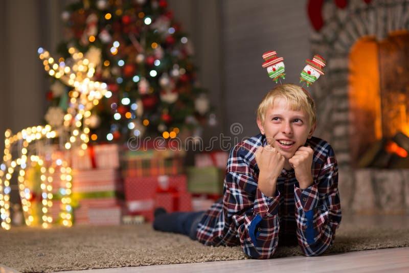 Kerel dichtbij Kerstboom stock afbeeldingen