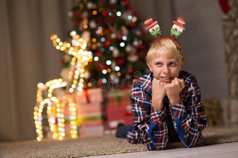 Kerel dichtbij Kerstboom royalty-vrije stock afbeelding