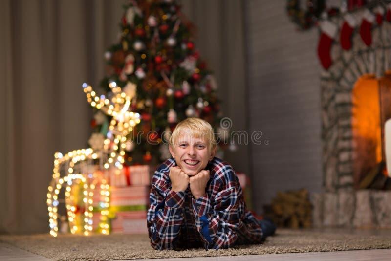 Kerel dichtbij Kerstboom stock afbeelding