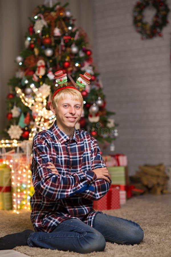 Kerel dichtbij Kerstboom stock fotografie
