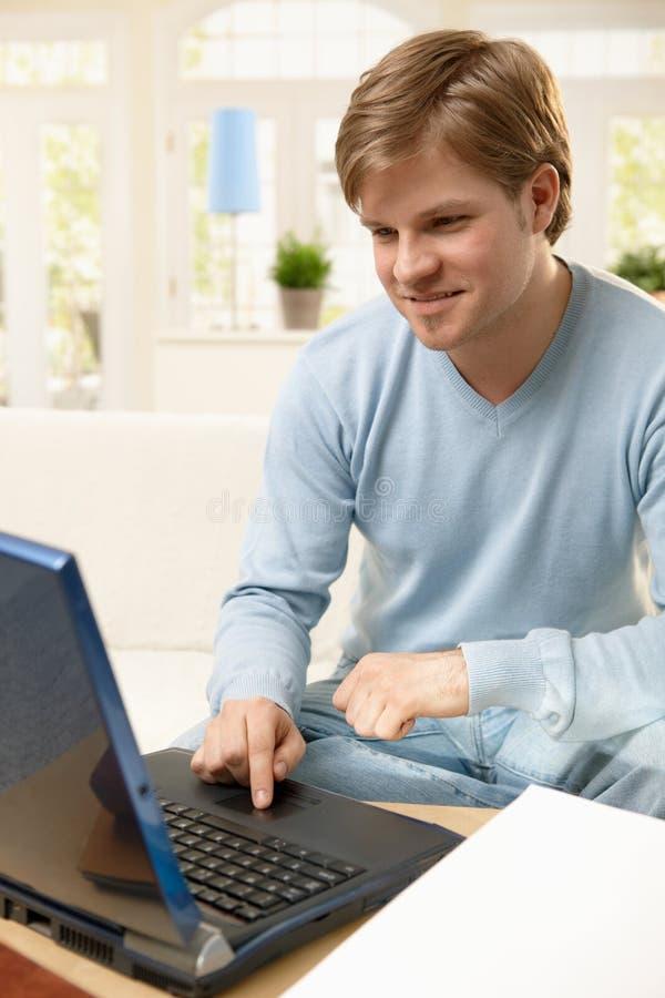 Kerel die Internet doorbladert stock afbeelding