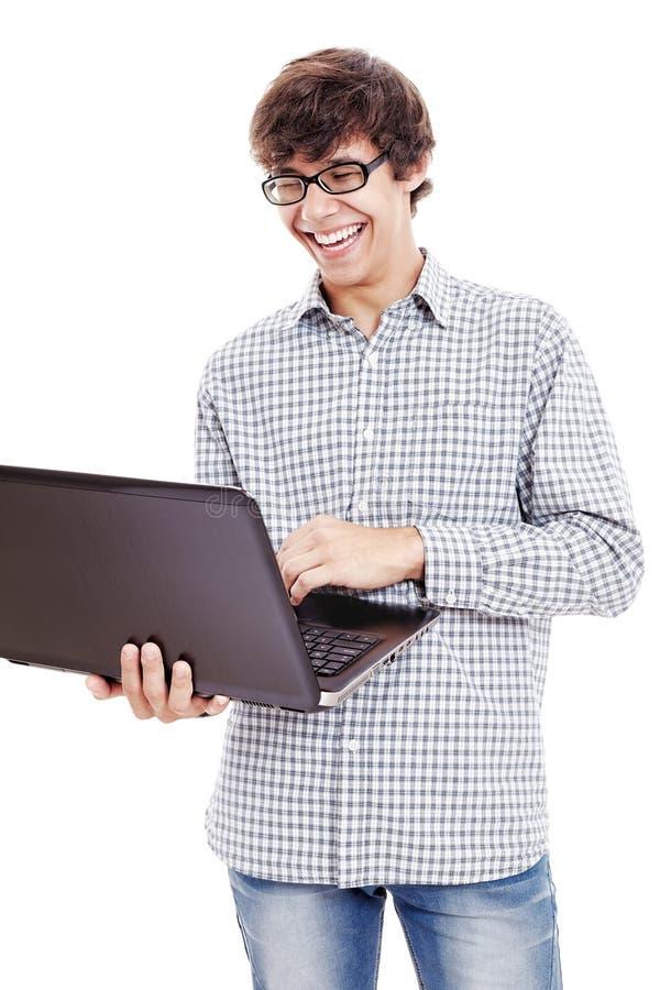 Kerel die met laptop lachen stock foto