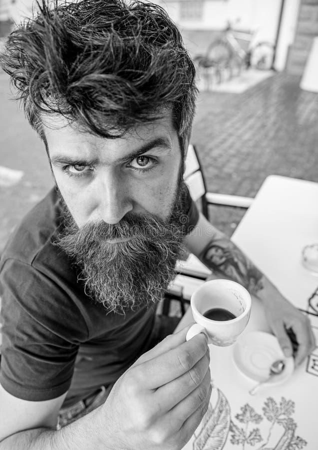 Kerel die rust met espresso hebben Hipster op ernstige strikte gezicht het drinken koffie openlucht Mens die een koffiepauze neem stock foto's