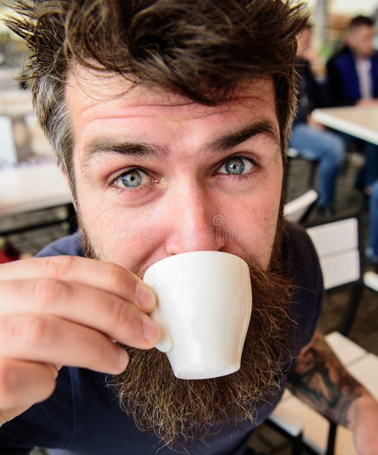 Kerel die rust met espresso hebben Mens die een koffiepauze neemt Hipster op kalme gezicht het drinken koffie openlucht, sluit om royalty-vrije stock fotografie