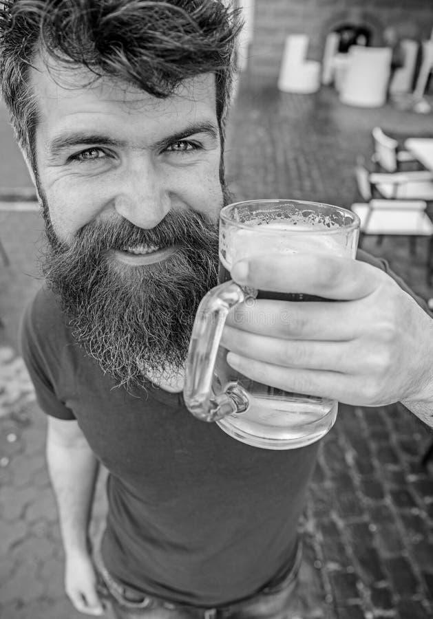 Kerel die rust met koud bier van het vat hebben Hipster bij het glimlachen van gezicht het drinken bier openlucht Bier van het va stock afbeeldingen