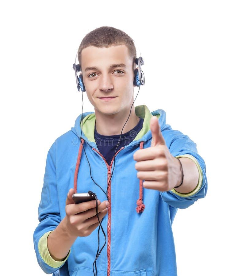Kerel die telefoon met hoofdtelefoons met behulp van royalty-vrije stock afbeeldingen