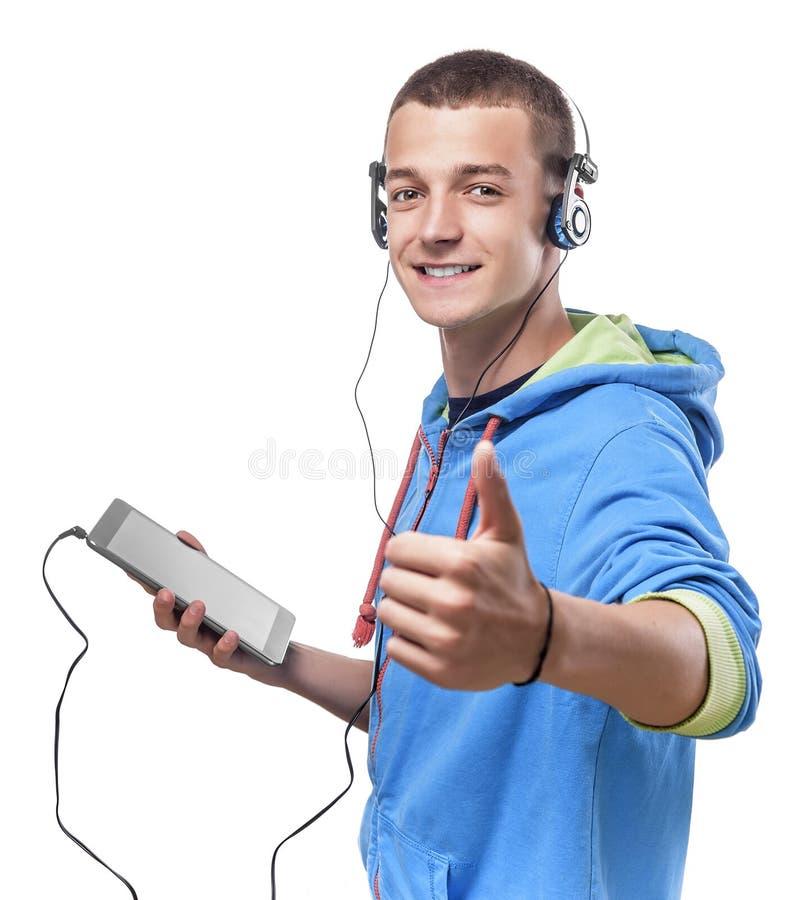 Kerel die telefoon met hoofdtelefoons met behulp van royalty-vrije stock fotografie