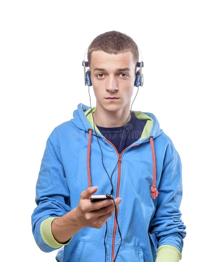 Kerel die telefoon met hoofdtelefoons met behulp van stock fotografie