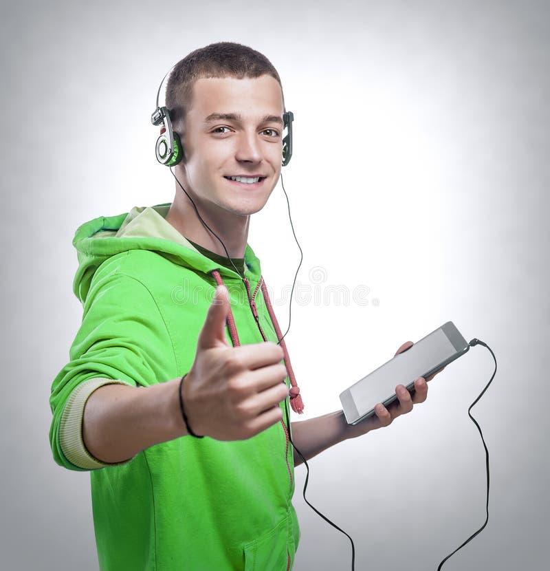 Kerel die telefoon met hoofdtelefoons met behulp van stock foto