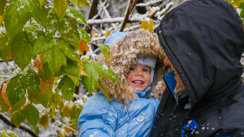 Kerel en kindspelen met een sneeuwboomtak royalty-vrije stock afbeelding