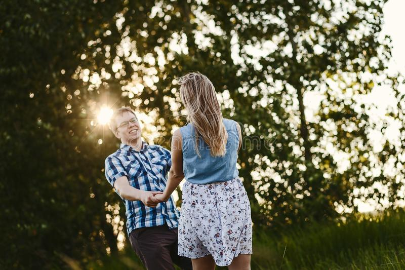 Kerel en meisje die in openlucht dansen royalty-vrije stock afbeeldingen