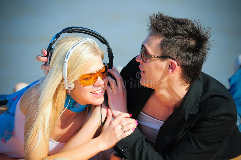 Kerel en meisje in hoofdtelefoons royalty-vrije stock afbeeldingen
