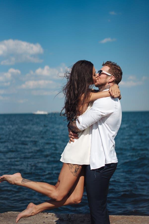 Kerel en meisje op de overzeese pijler royalty-vrije stock afbeelding