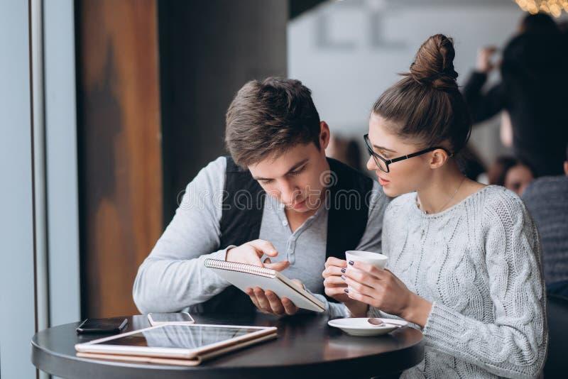 Kerel en meisje op een vergadering in een koffie stock afbeeldingen