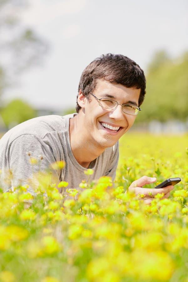 Kerel het texting op mobiele telefoon royalty-vrije stock afbeeldingen