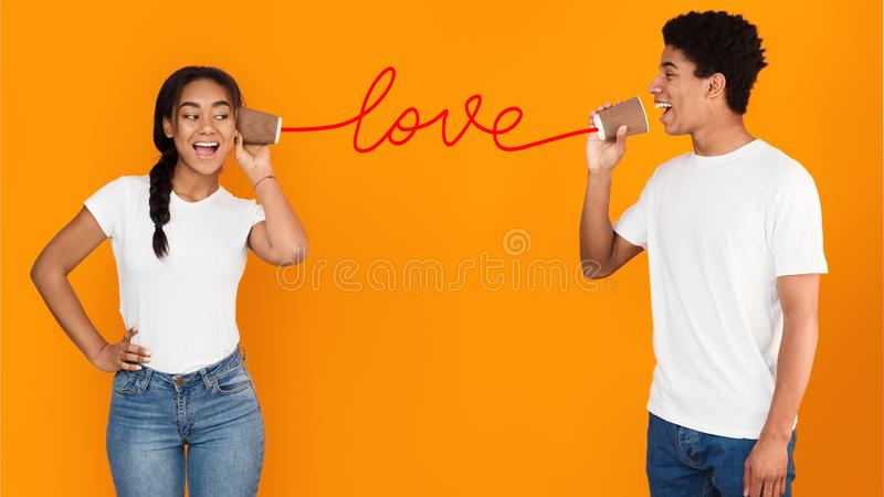 Kerel het zingen liefdelied aan zijn meisje stock afbeeldingen