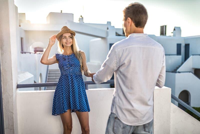 Kerel of mensenflirts met meisje die haar hand houden Eerste datum, de romantische zomer van vergaderingsgriekenland bij sunse royalty-vrije stock foto