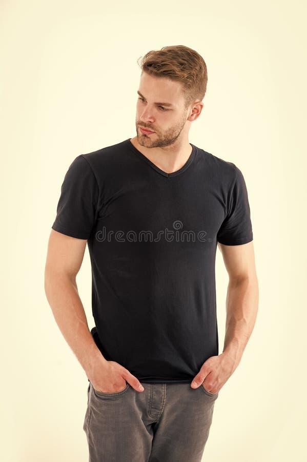 Kerel met baard op ongeschoren die gezicht op witte achtergrond wordt geïsoleerd Mens in toevallige t-shirt en jeans Gebaarde men stock fotografie
