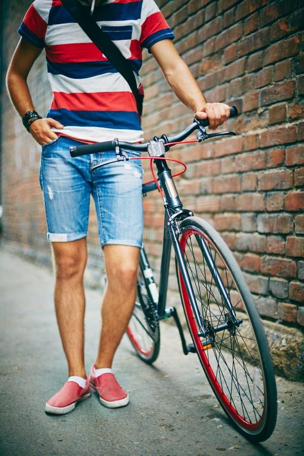 Kerel met fiets royalty-vrije stock afbeelding
