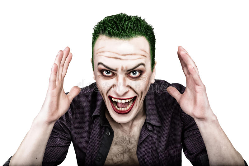 Kerel met gek jokergezicht, groen haar en idiotic smike carnaval kostuum stock afbeelding