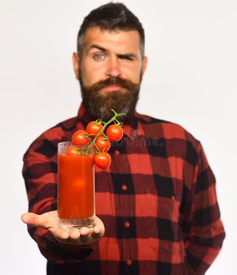 Kerel met inlands tomaten en sap De landbouw en de herfst concept stock afbeeldingen