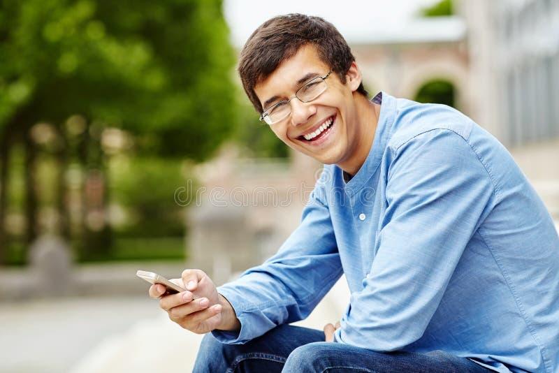 Kerel met mobiele telefoon stock foto