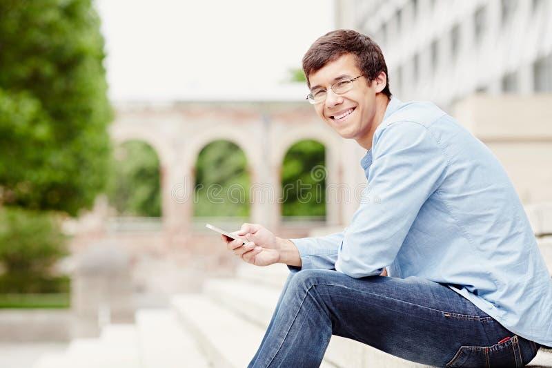 Kerel met mobiele telefoon royalty-vrije stock afbeelding
