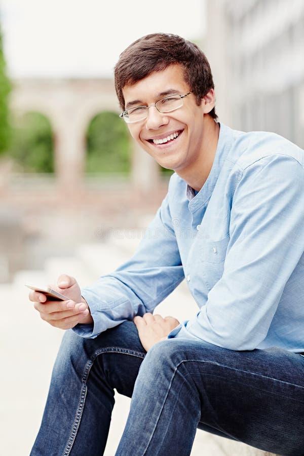 Kerel met mobiele telefoon royalty-vrije stock fotografie