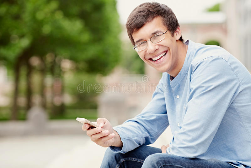 Kerel met mobiele telefoon stock afbeeldingen