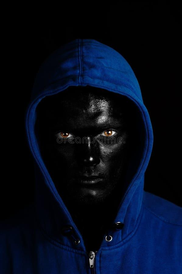 Kerel met zwart geschilderd gezicht royalty-vrije stock foto