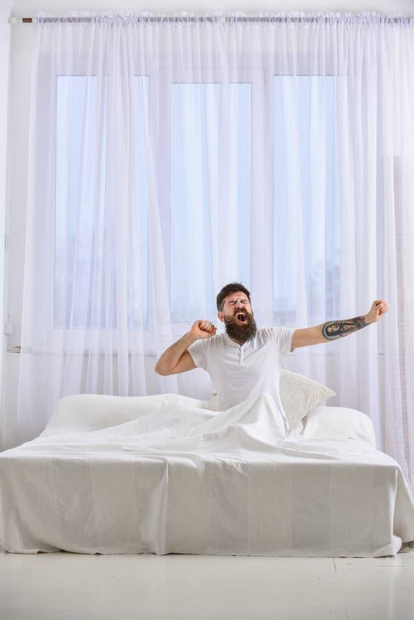 Kerel op slaperig en gezicht die uitrekken geeuwen zich Macho met baard en snor die, binnen ontspannend, hebbend dutje, rust Mens royalty-vrije stock foto's