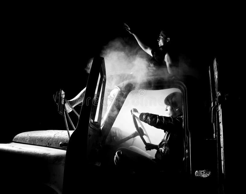 Kerels in autohoogtepunt van rook royalty-vrije stock afbeelding