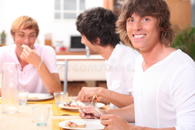 Kerels die bacon eten stock foto