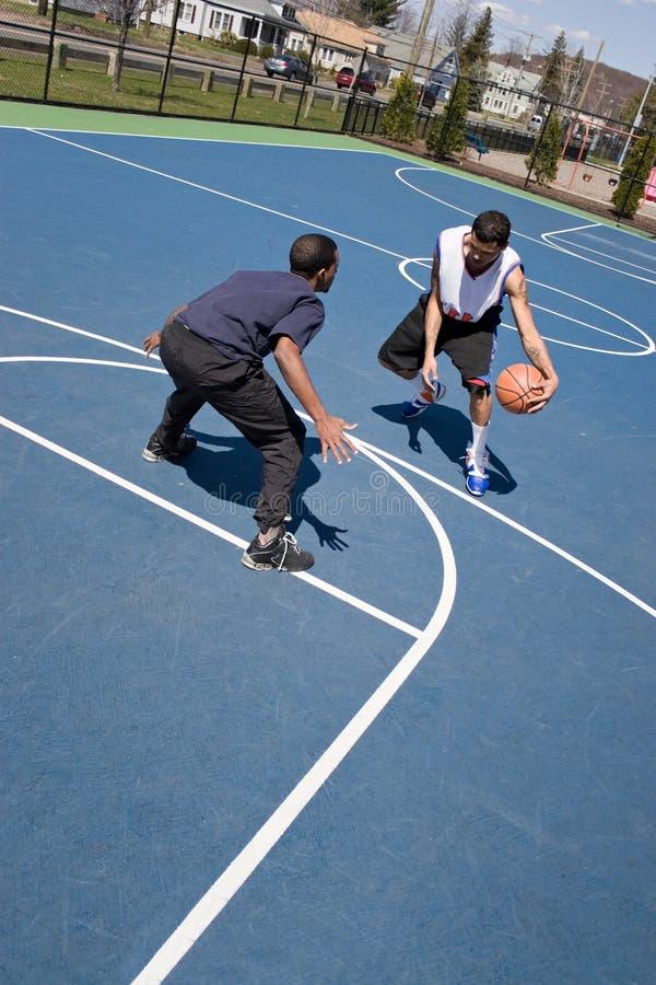 Kerels die Basketbal spelen royalty-vrije stock fotografie