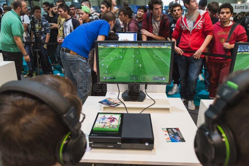 Kerels die bij Spelenweek 2014 spelen in Milaan, Italië stock afbeeldingen
