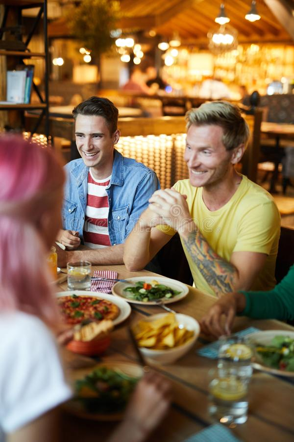 Kerels door diner royalty-vrije stock afbeelding