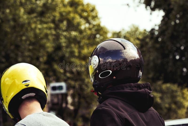 Kerels in verkeer op een motorfiets met helmen op hun hoofden royalty-vrije stock foto's