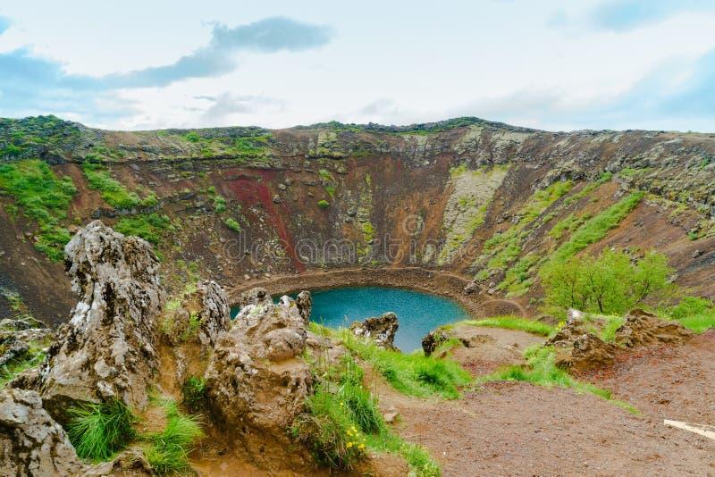 Kerid un cratère volcanique rempli par lac photo libre de droits