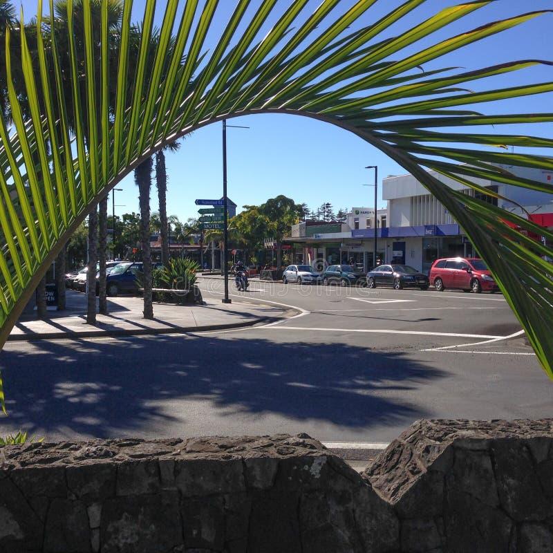 Kerikeri Nya Zeeland NZ - Maj 2, 2017: Den sy enkelriktade trafiken arkivfoto