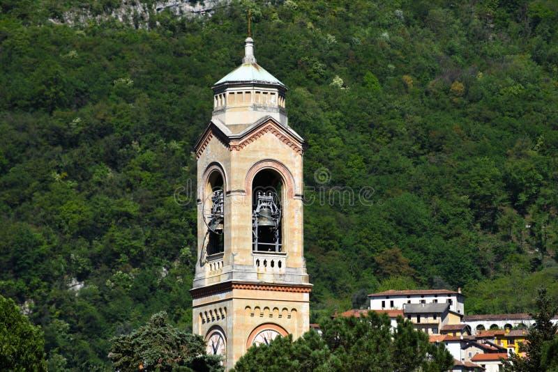 Kerk belltower op de waterkant van Meer Como stock fotografie